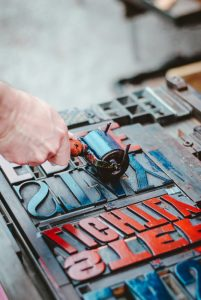Casse letterpress, encre de couleur - Image : Hello I'm kick / Unsplash
